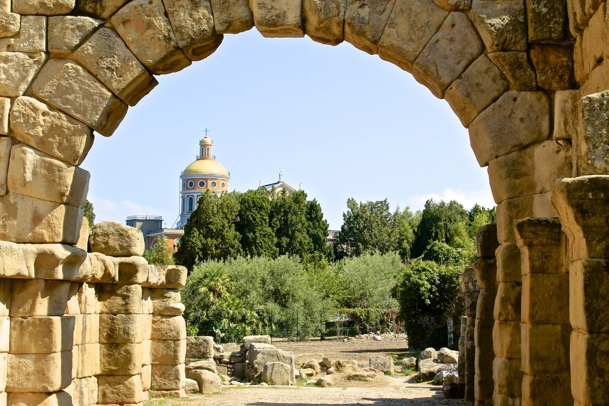 L'area archeologica di Tindari con il santuario sullo sfondo (foto Giulio Giallombardo)