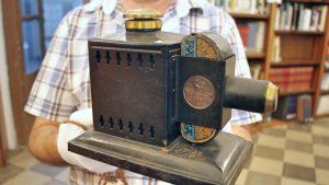 Antico proiettore (collezione del Cricd, foto Giulio Giallombardo)
